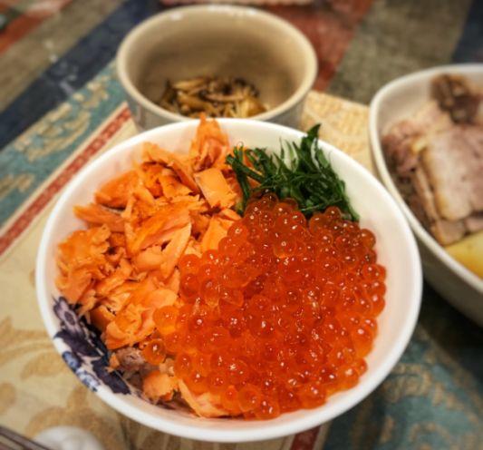 いくらと焼き鮭の親子丼